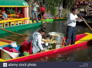 food-sellers-on-a-chalupas-selling-food-to-trajineras-flower-boats-aymd2d