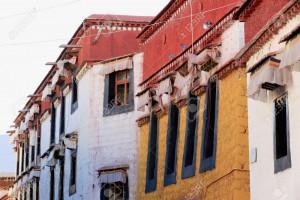 39186104-Row-of-traditional-tibetan-houses-in-Balang-Street-along-the-Kora-clockwise-circumambulation-circuit-Stock-Photo