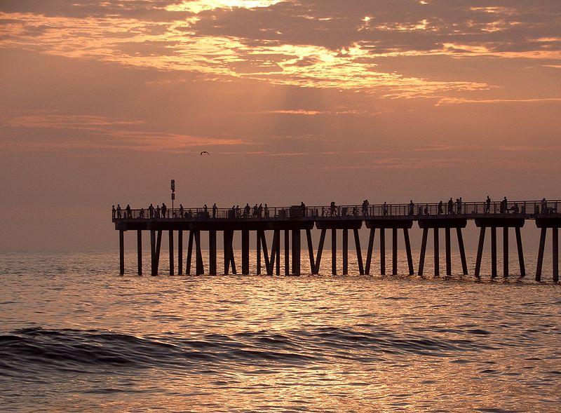 800px-Hermosa_beach_summer_sunset_surf