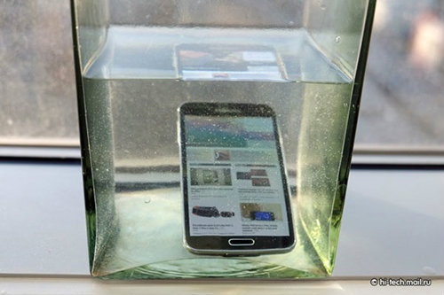 the s5 phone submerged in water
